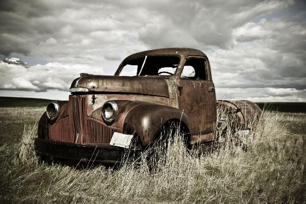 PHOTOWALL / Old Truck Out in the Field (e19232)