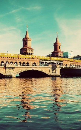 PHOTOWALL / The Oberbaum Bridge and River Spree in Berlin (e22811)