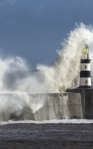 PHOTOWALL / Rough Sea at Seaham Lighthouse in England (e23190)