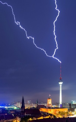 PHOTOWALL / Berlin Lightningstrike (e24061)