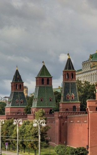 PHOTOWALL / The Fortified Walls of Moscow Kremlin (e40357)