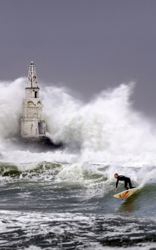PHOTOWALL / Lighthouse Surfer (e29635)