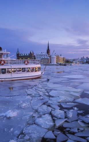 PHOTOWALL / Archipelago Boat in Ice Covered Riddarholmen (e40450)