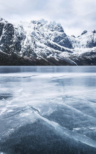 PHOTOWALL / Frozen Water and Mountain Range (e30681)